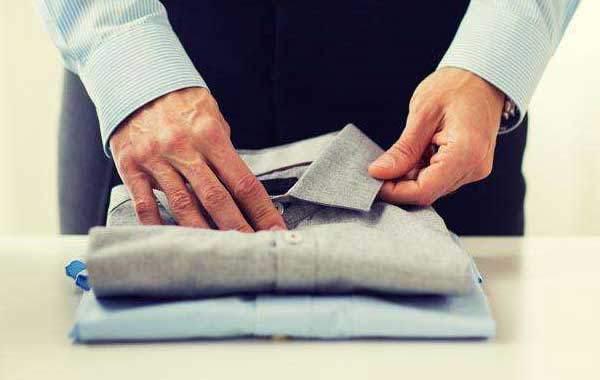 简单三步叠好一件衣服